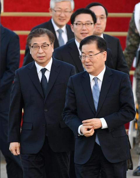 Hai ông Chung Eui-yong (phải, hàng đầu) và Suh Hoon (phải, hàng đầu) trở về Hàn Quốc ngày 6-3 sau chuyến thăm Triều Tiên. Ảnh: REUTERS