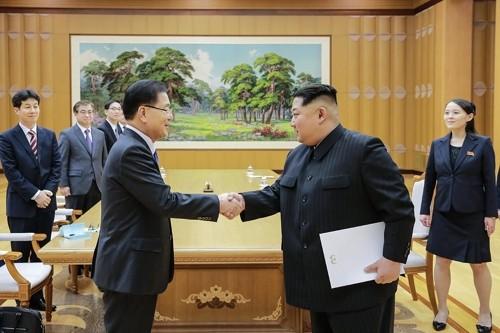 Lãnh đạo Triều Tiên Kim Jong-un (phải) bắt tay trưởng phái đoàn Hàn Quốc, Giám đốc Văn phòng An ninh Quốc gia Hàn Quốc Chung Eui-yong trong cuộc gặp tại trụ sở đảng Lao động Triều Tiên chiều 5-3. Ảnh: YONHAP