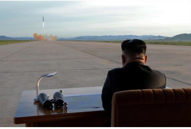 Lãnh đạo Triều Tiên Kim Jong-un quan sát vụ thử tên lửa Hwasong-12 hồi tháng 9-2017. Ảnh REUTERS
