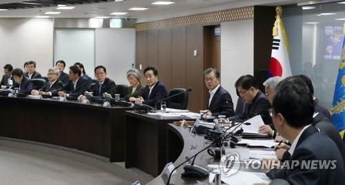 Tổng thống Hàn Quốc Moon Jae-in (giữa) triệu tập Hội đồng An ninh Quốc gia sau khi Triều Tiên thử tên lửa đạn đạo xuyên lục địa Hwasong-15 ngày 29-11-2017. Ảnh: YONHAP