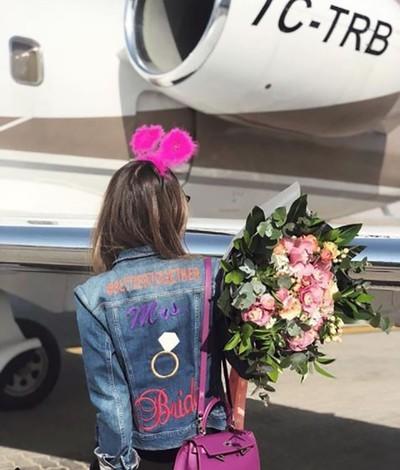 Cô Basaran lên máy bay từ Dubai về Thổ Nhĩ Kỳ với một bó hoa lớn trong tay. Trong số những hình ảnh cuối cùng cô Basaran đưa lên tài khoản xã hội của của có hình ảnh một vụ rơi máy bay 3 ngày trước đó. Ảnh: SABAH