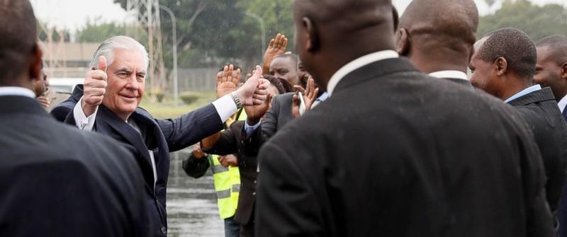Ngoại trưởng Mỹ Tillerson chào tạm biệt nhân viên ngoại giao Mỹ tại sân bay quốc tế Jomo Kenyatta trước khi lên máy bay rời Kenya ngày 12-3. Ảnh: AFP