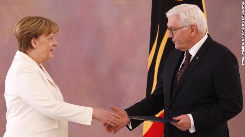 Thủ tướng Đức Angela Merkel (trái) và Tổng thống Đức Frank-Walter Steinmeier ngày 14-3. Ảnh: CNN