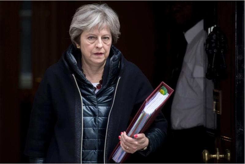 Thủ tướng Anh Theresa May rời dinh Thủ tướng Anh đến dự cuộc họp Hạ viện Anh ngày 14-3. Ảnh: EPA