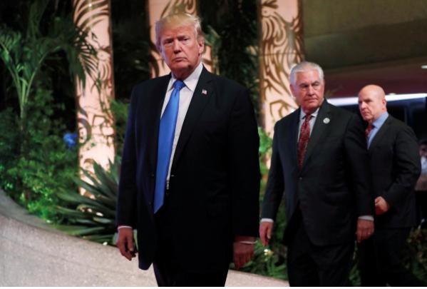 (Từ trái sang) Tổng thống Donald Trump, Ngoại trưởng Rex Tillerson, Cố vấn An ninh Quốc gia H.R. McMaster tại Hội nghị Đông Á lần thứ 12 tại Manila (Philippines) ngày 14-11-2017. Ảnh: REUTERS
