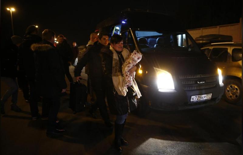 Các nhà ngoại giao Nga và người thân về tới sân bay Vnukovo bên ngoài Moscow (Nga) tối 20-3. Ảnh: REUTERS