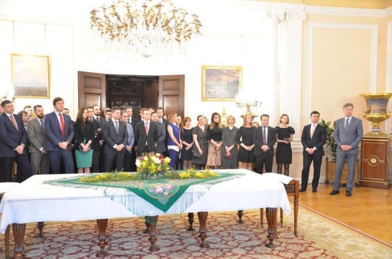 Các nhà ngoại giao Nga chia tay tại đại sứ quán Nga ở London (Anh) trước khi lên đường về nước. Ảnh: REUTERS