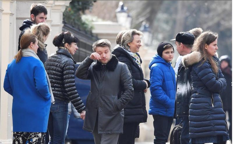 Các nhà ngoại giao Nga và người thân đợi xe chở ra sân bay Stansted ở London (Anh) ngày 20-3. Ảnh: REUTERS