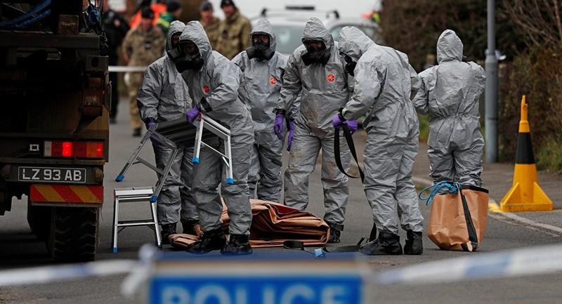Thu thập bằng chứng tại hiện trường cha con cựu điệp viên Skripal bị đầu độc tại Anh. Ảnh: REUTERS