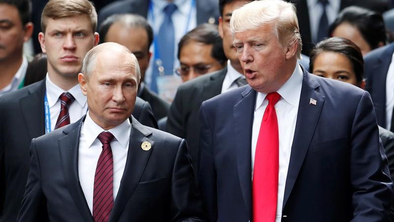 Tổng thống Mỹ Donald Trump trò chuyện với Tổng thống Nga Vladimir Putin khi cùng tham dự hội nghị Diễn đàn Hợp tác Kinh tế châu Á-Thái Bình Dương (APEC) ở Việt Nam ngày 11-11-2017. Ảnh: REUTERS