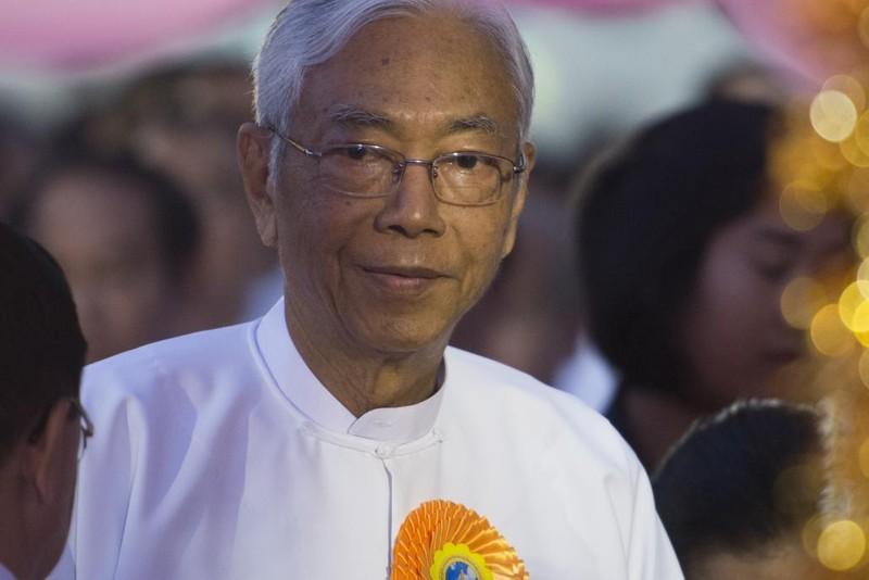 Tổng thống Myanamr Htin Kyaw đón năm mới tại chùa Shwedagon (Myanmar) hồi tháng 1. Ảnh: AFP