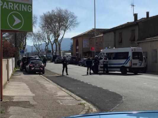 Bên ngoài cửa hàng nơi xảy ra vụ bắt cóc con tin tại thị trấn Trebes, tỉnh Aude thuộc vùng Occitania ở miền nam Pháp ngày 23-3. Ảnh: REUTERS