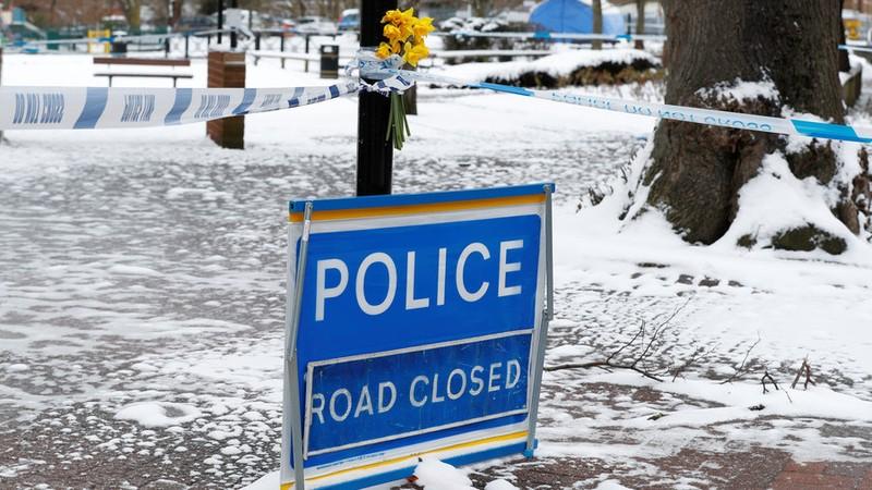 Hoa được đặt gần nơi cha con cựu điệp viên người Nga Sergei Skripal bị đầu độc tại thị trấn Salisbury (Anh). Ảnh: REUTERS