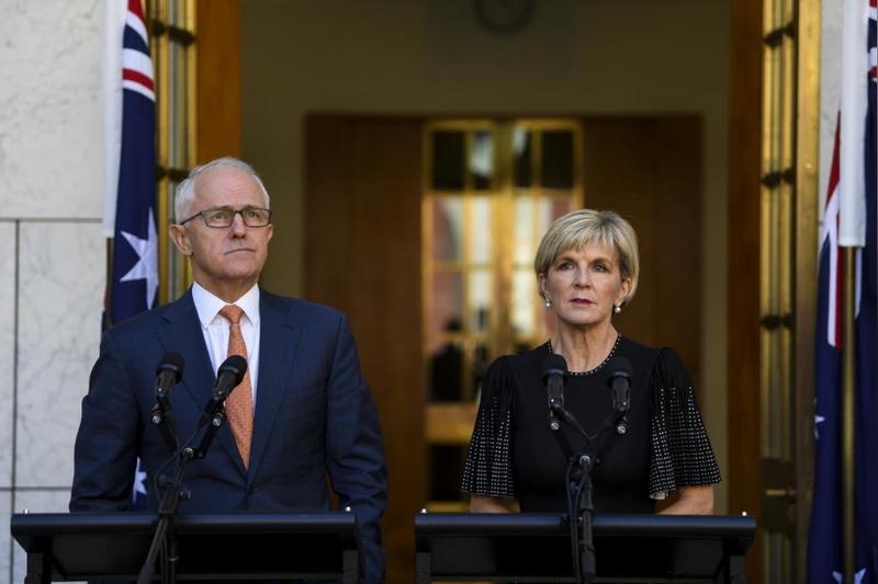 Thủ tướng Úc Malcolm Turnbull (trái) và Ngoại trưởng Úc Julie Bishop họp báo trước trụ sở Quốc hội Úc ở Canberra (Úc) ngày 27-3. Ảnh: REUTERS