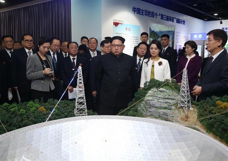 Lãnh đạo Triều Tiên Kim Jong-un cùng vợ là phu nhân Sol-ju thăm Viện Khoa học Trung Quốc. Ảnh: THX