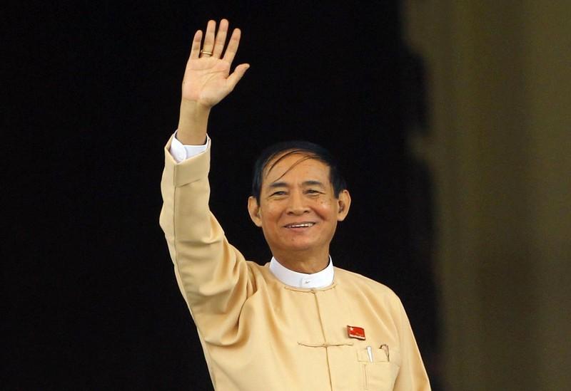 Tân Tổng thống Myanmar Win Myint vẫy chào truyền thông bên ngoài trụ sở Quốc hội ở thủ đô Naypyitaw (Myanmar) ngày 28-3. Ảnh: AP