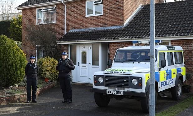 Cảnh sát bên ngoài căn nhà của cựu điệp viên người Nga Sergei Skripal ở thị trấn Salisbury (Anh), không lâu sau khi xảy ra vụ đầu độc ngày 4-3. Ảnh: GETTY IMAGES