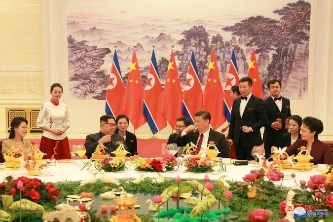 Vợ chồng ông Tập (phải) tiếp đãi vợ chồng ông Kim tại Bắc Kinh (Trung Quốc). Ảnh: KCNA