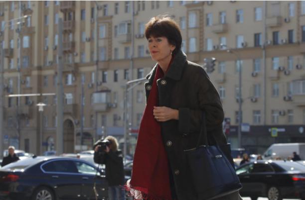 Đại sứ Hà Lan tại Nga Regina Veronica Maria Jones-Bos rời trụ sở Bộ Ngoại giao Nga ở Moscow (Nga) ngày 30-3. Ảnh: REUTERS