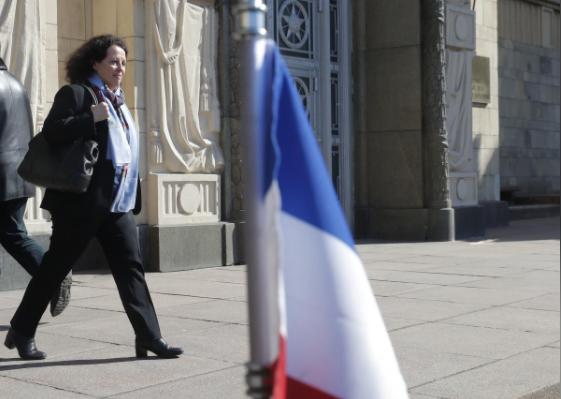 Đại sứ Pháp tại Nga Sylvie Bermann rời trụ sở Bộ Ngoại giao Nga ở Moscow (Nga) ngày 30-3. Ảnh: REUTERS