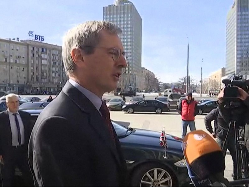 Đại sứ Anh tại Nga Laurie Bristow trao đổi ngắn gọn với báo chí sau khi rời trụ sở Bộ Ngoại giao Nga ở Moscow (Nga) ngày 30-3. Ảnh: SKY NEWS