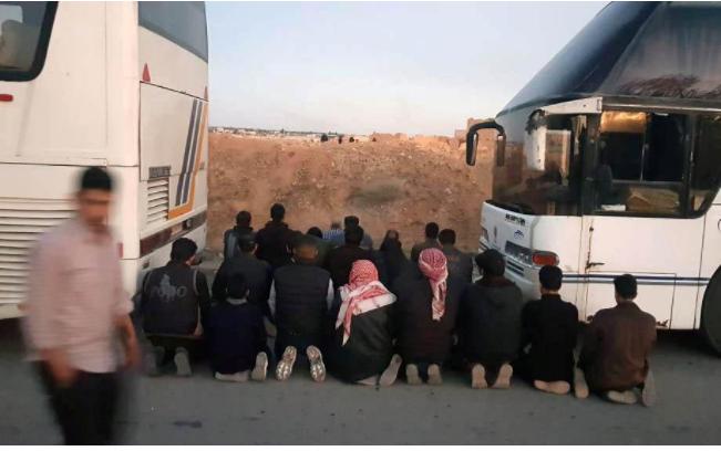 Các tay súng nhóm Failq al-Rahman cầu nguyện trước khi rời khỏi thị trấn Douma, Đông Ghouta, ngoại ô thủ đô Damacus (Syria) ngày 1-4. Ảnh: REUTERS