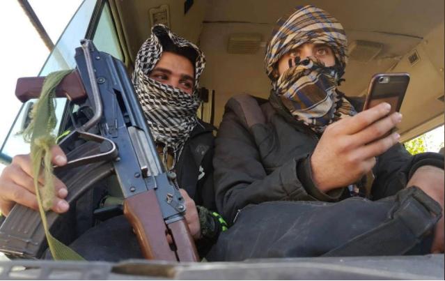 Các tay súng nhóm Failq al-Rahman rời thị trấn Douma, Đông Ghouta, ngoại ô thủ đô Damacus (Syria) ngày 1-4. Ảnh: REUTERS