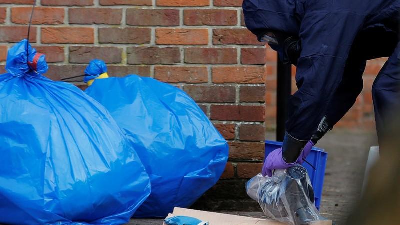 Các túi đựng quần áo bảo hộ sau khi các nhà chuyên gia OPCW điều tra hiện trường cha con ông Skripal bị đầu độc ở thị trấn Salisbury (Anh). Ảnh: REUTERS