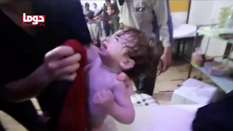 Hình ảnh được cho là cấp cứu nạn nhân trẻ em trong vụ tấn công bằng vũ khí hóa học ở Douma, Đông Ghouta, ngoại ô thủ đô Damacus (Syria) khuya 7-4. Ảnh: REUTERS