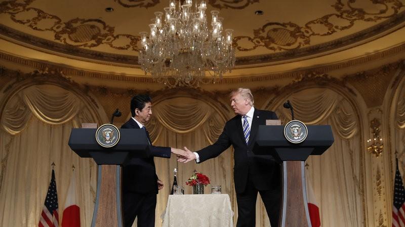 Tổng thống Mỹ Donald Trump (phải) bắt tay Thủ tướng Nhật Shinzo Abe tại cuộc họp báo ở khu nghỉ mát Mar-a-Lago, Florida (Mỹ) ngày 18-4. Ảnh: AP