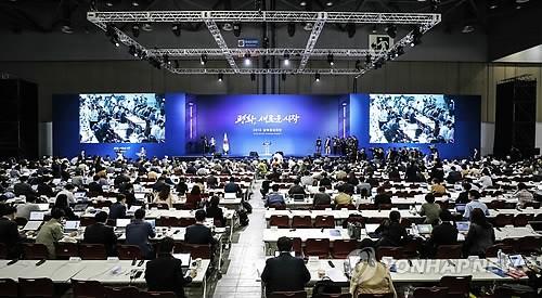 Các nhà báo tập trung tại trung tâm báo chí do Hàn Quốc lập ở Goyang, bắc Seoul riêng dành đưa tin về cuộc gặp thượng đỉnh liên Triều. Ảnh: YONHAP