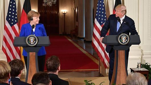 Tổng thống Mỹ Donald Trump (phải) và Thủ tướng Đức Angela Merkel trong cuộc họp báo sau cuộc hội đàm tại Nhà Trắng ngày 27-4. Ảnh: AP