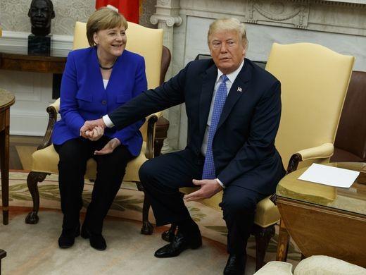 Tổng thống Mỹ Donald Trump (phải) và Thủ tướng Đức Angela Merkel cuộc hội đàm tại Nhà Trắng ngày 27-4. Ảnh: AFP