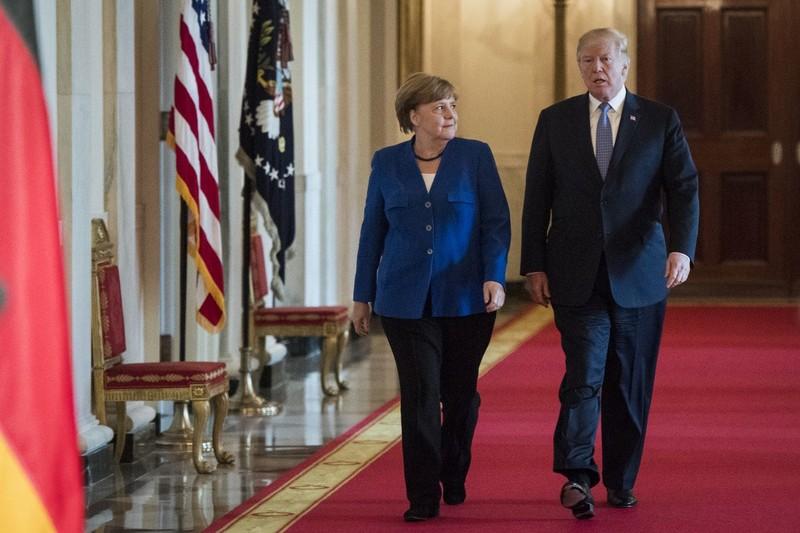 Tổng thống Mỹ Donald Trump (phải) và Thủ tướng Đức Angela Merkel trên đường đến cuộc họp báo sau cuộc hội đàm tại Nhà Trắng ngày 27-4. Ảnh: AP