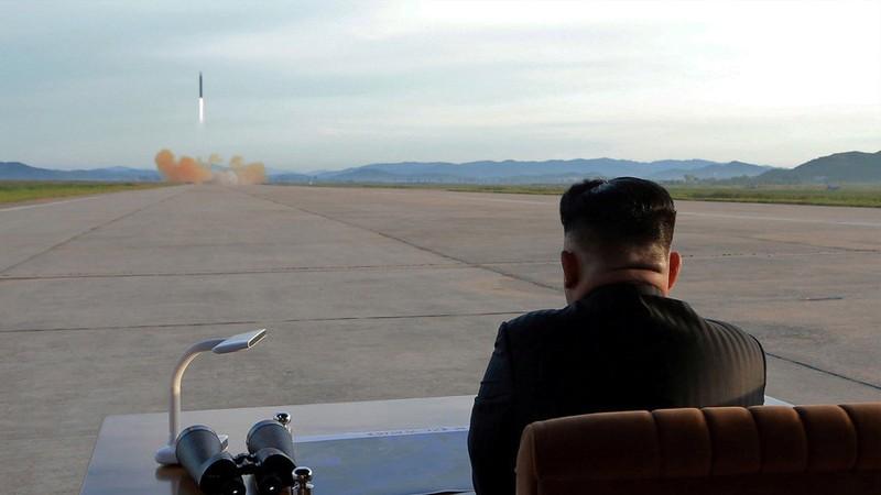 Lãnh đạo Triều Tiên Kim Jong-un quan sát vụ thử tên lửa đạn đạo Hwasong-12 năm ngoái. Ảnh: KCNA