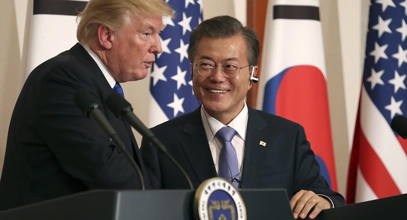 Ông Moon (phải) sẽ sang Mỹ gặp ông Trump (trái) vào ngày 22-5 tới. Ảnh: AP
