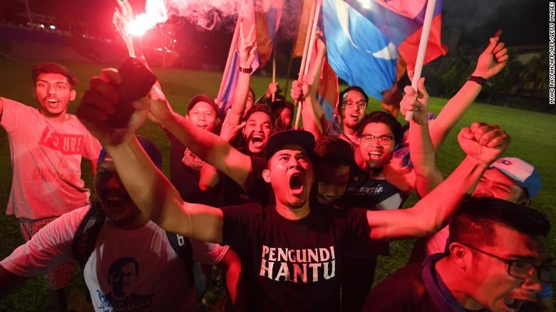 Người ủng hộ ông Mahathir Mohamad ăn mừng chiến thắng. Ảnh: CNN