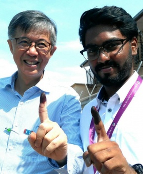 Anh P. Prabakaran (phải) và Phó Chủ tịch Tian Chua của liên minh PKR. Ảnh: SUNPIX
