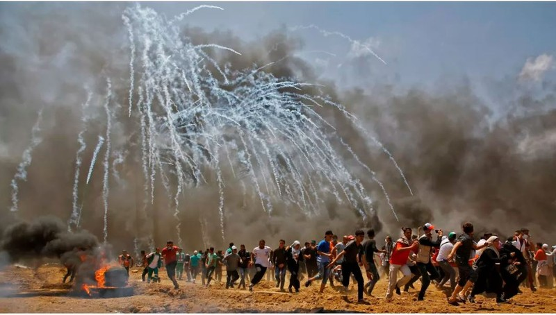 40.000 người Palestine ở Dải Gaza kéo về biên giới với Israel ngày 14-5, biểu tình phản đối Mỹ mở đại sứ quán ở Jerusalem. 41 người chết, 1.600 người bị thương vì đạn Israel. Ảnh: AFP