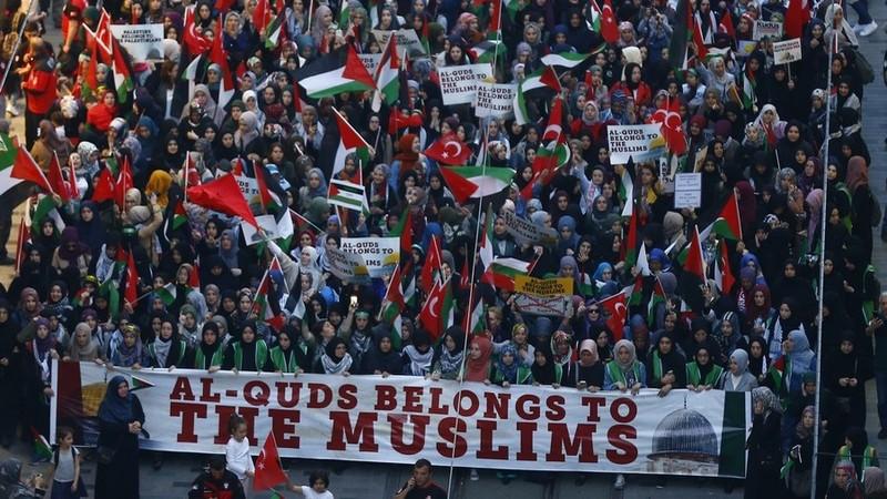 Dân Thổ Nhĩ Kỳ xuống đường tại TP Istanbul ngày 14-5, ủng hộ người Palestine, phản đối Israel. Ảnh: REUTERS