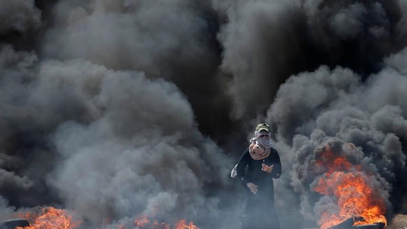 Người biểu tình Palestine gần hàng rào biên giới Dải Gaza-Israel ngày 14-5. Ảnh: REUTERS