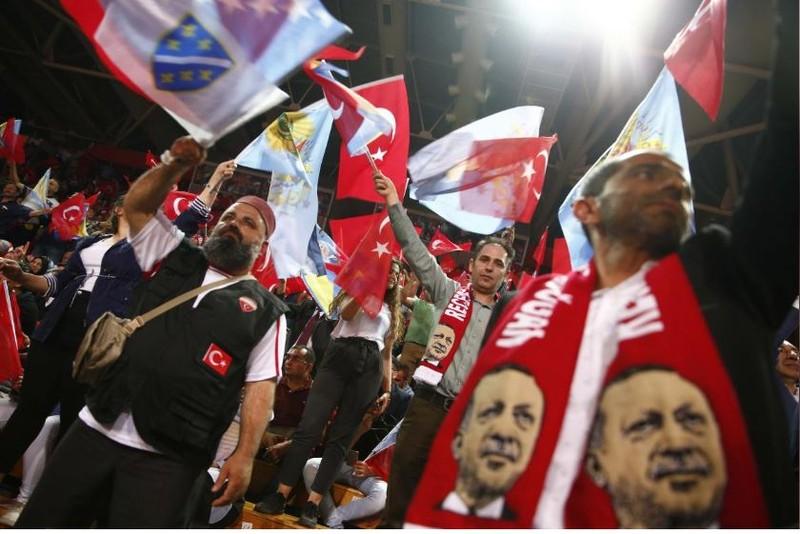 Người Thổ ủng hộ Tổng thống Erdogan ở Sarajevo (Bosnia và Herzegovina) ngày 20-5. Ảnh: REUTERS