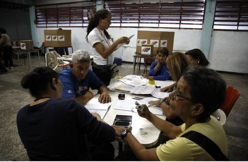 Nhân viên Ủy ban bầu cử kiểm phiếu cuộc bầu cử tổng thống Venezuela ngày 20-5, tại Caracas. Ảnh: REUTERS