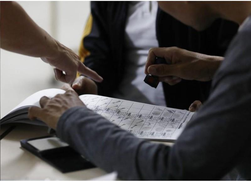 Nhân viên Ủy ban bầu cử kiểm phiếu cuộc bầu cử tổng thống Venezuela ngày 20-5, tại Caracas. Dự đoán Tổng thống Maduro sẽ tái đắc cử. Ảnh: REUTERS