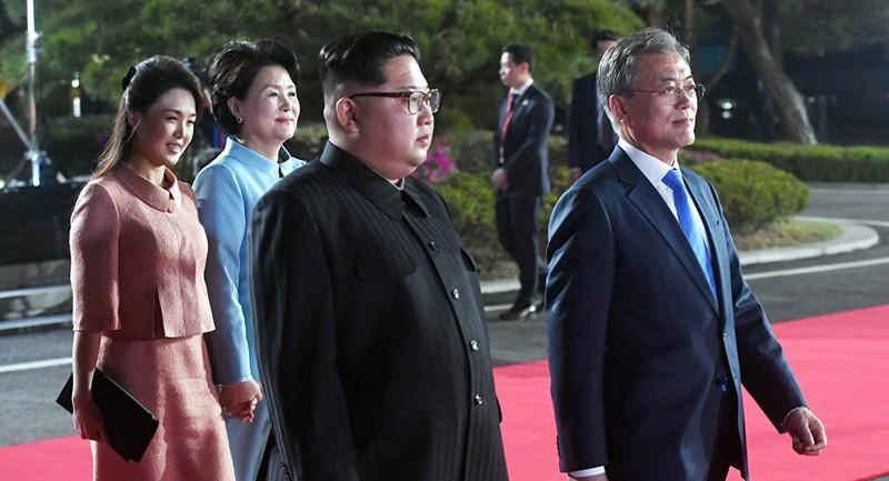 Vợ chồng lãnh đạo Triều Tiên Kim Jong-un (trái) và vợ chồng Tổng thống Hàn Quốc Moon Jae-in (phải) trong ngày diễn ra cuộc gặp thượng đỉnh liên Triều tại Bàn Môn Điếm 27-4. Ảnh: REUTERS