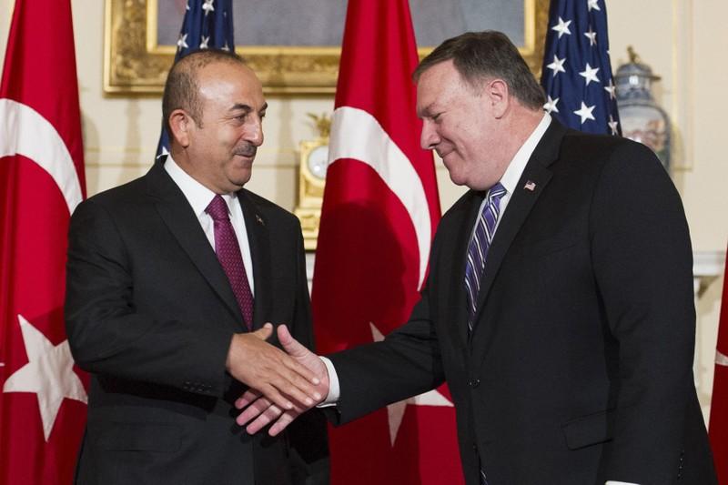Ngoại trưởng Mỹ Mike Pompeo (phải) bắt tay Ngoại trưởng Thổ Nhĩ Kỳ Mevlut Cavusoglu tại trụ sở Bộ Ngoại giao ở thủ đô Washington (Mỹ) ngày 4-6. Ảnh: REUTERS