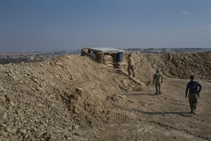 Các tay súng YPG trong một chiến dịch đánh IS ở ngoại ô Manbij hồi tháng 1. Ảnh: NYT