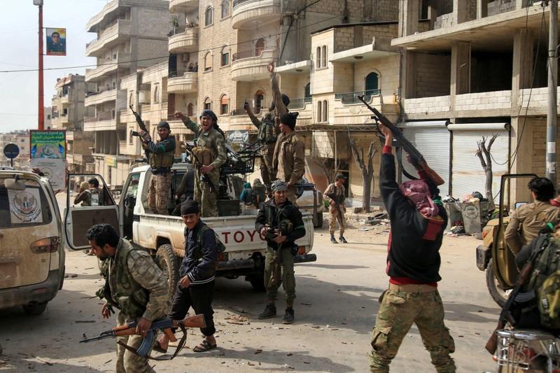 Quân Thổ Nhĩ Kỳ và phe nổi dậy Syria (FSA) chiếm TP Afrin trong chiến dịch Cành Ô liu hồi tháng 1. Ảnh: EPA