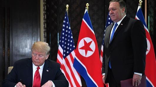 Ông Pompeo đứng bên cạnh Tổng thống Trump trong lễ ký tuyên bố chung thượng đỉnh Mỹ-Triều ngày 12-6 tại Singapore. Ảnh: AFP