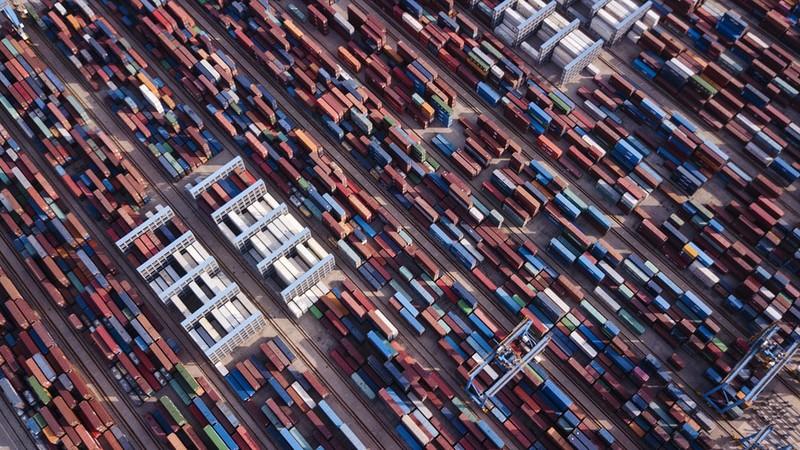 Container chứa hàng hóa tại cảng Thanh Đảo (Trung Quốc). Ảnh: BLOOMBERG
